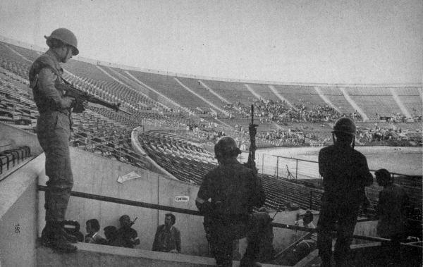 El Estadio Nacional se extremaron las medidas de seguridad para la 'pantomima'/ DPA
