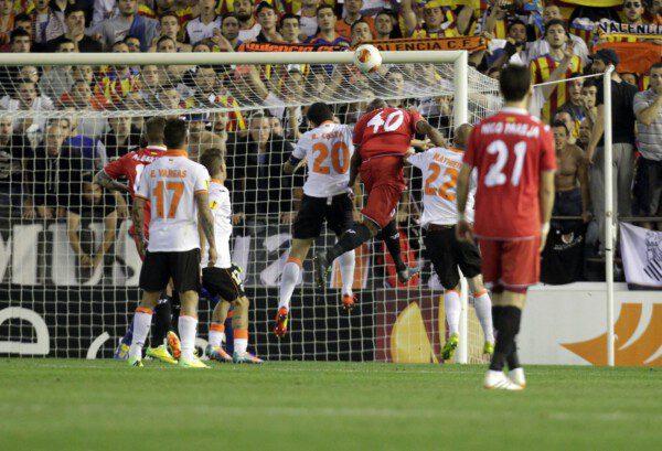 Stéphane M'Bia cabecea a gol y da al pase a la final al Sevilla/ José Antonio Sanz