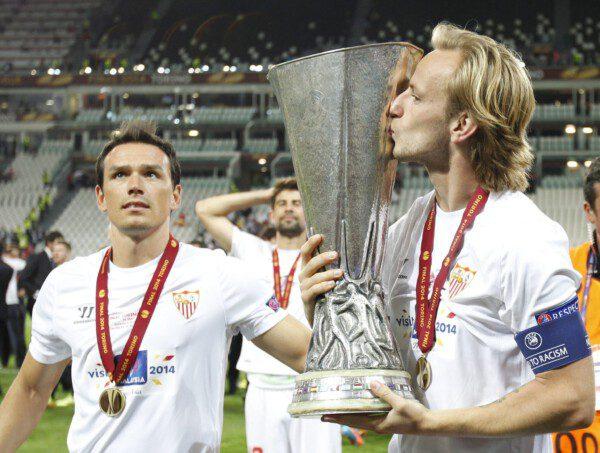 Ivan Rakitic besa la Copa de la UEFA obtenida ayer/ Ramón Navarro