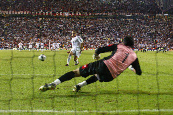 Shevchenko ante Buffon en la final de 2003. / Getty Images