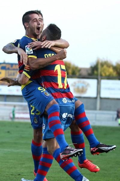 Varios jugadores del Llagostera celebran su primer triunfo en Segunda ante el Leganés / Eddy Kelele