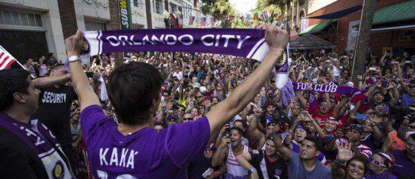 Ricardo Kaká dándonse un baño de multitudes tras su presentación con el Orlando City/ MLS