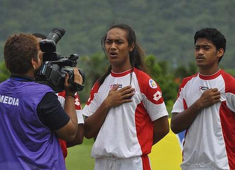 Jaiyah Saelua antes de comenzar un encuentro con Samoa Americana/ OFC