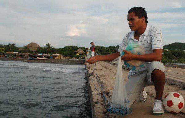 Carlos Bacca en los muelles de Puerto Colombia/ Taringa