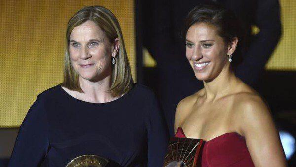 Jill Ellis y Carli Lloyd, triunfadoras en la gala del Balón de Oro/ AFP