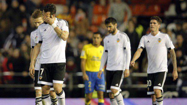 Varios jugadores del Valencia se muestran cabizbajos por la situación de crisis / JOSE JORDAN   AFP