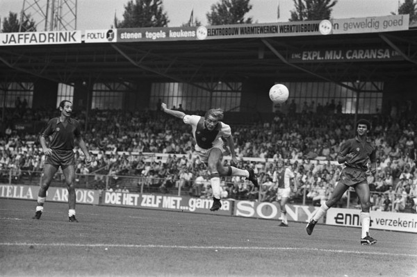 Van den Ban y Gullit defienden a Schoenaker en un partido entre el Haarlem y el Ajax/ ANEFO