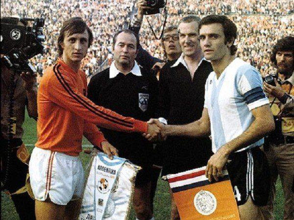 Johan Cruyff, en la imagen con Perfumo, fue el abanderado del Fútbol Total/ AP