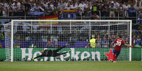 El fallo de Juanfran significó la undécima Copa de Europa madridista/ Reuters