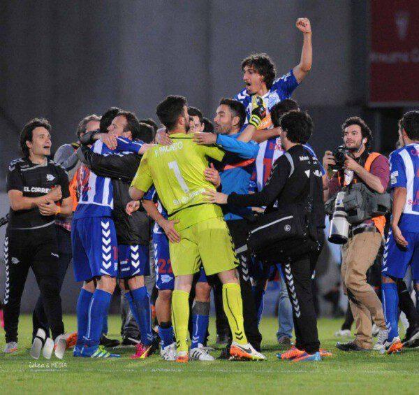 Varios jugadores celebran el ascenso en el campo /LFP